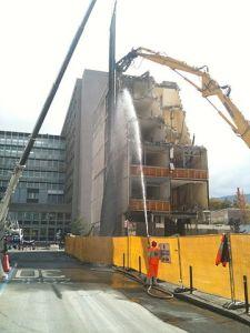 «Démolition d'un immeuble 03» par Franck.schneider — Travail personnel. Sous licence CC BY-SA 3.0 via Wikimedia